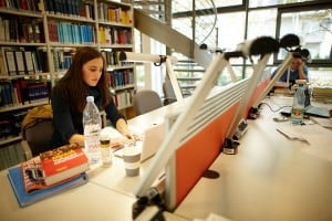 Student at Frankfurt School library